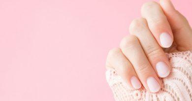¿Por qué se ponen las uñas moradas?